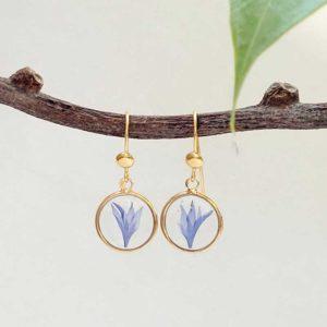 Boucles argent 925 dorées à l'or jaune avec pétales de fleurs de bleuet
