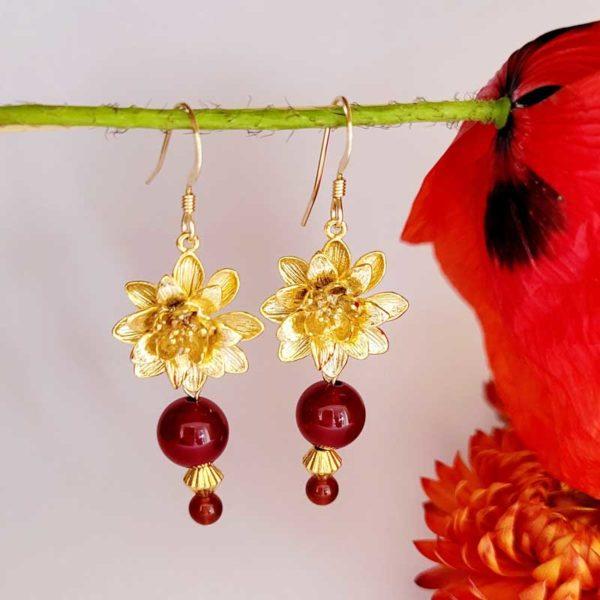 Boucles plaqué or fleur et pierre fine d'agate rouge