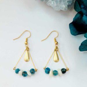 Boucles triangles dorées à l'or mat pierre d'apatite bleu et nacre blanc