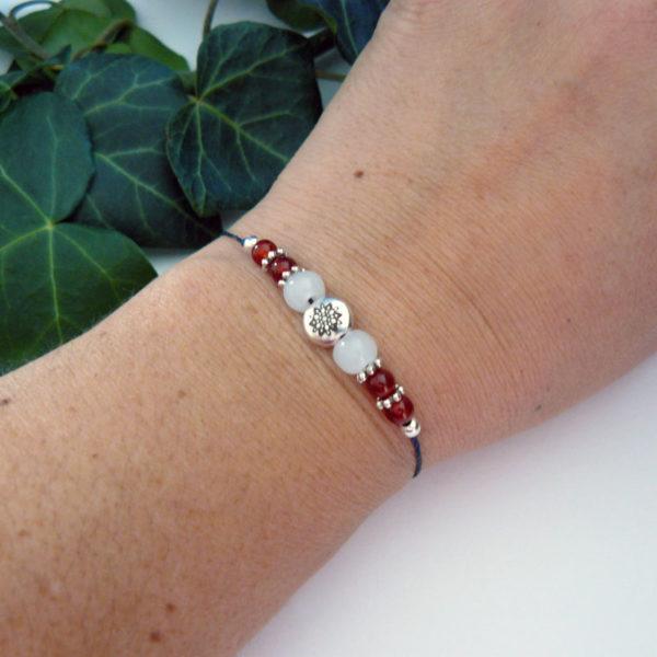 Bracelet ajustable motif mandala argenté et agate rouge porté