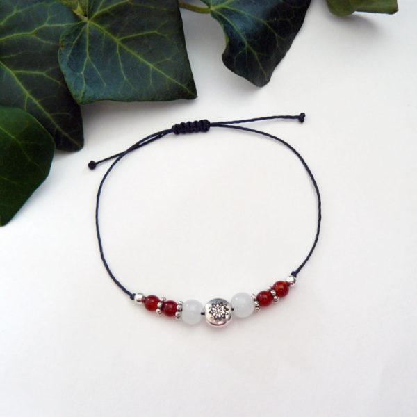 Bracelet ajustable motif mandala argenté et agate rouge vue d'ensemble