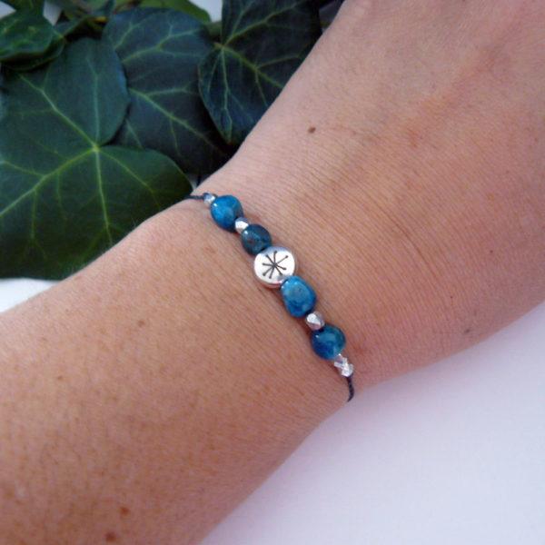 Bracelet fin ajustable avec apatite et constellation porté