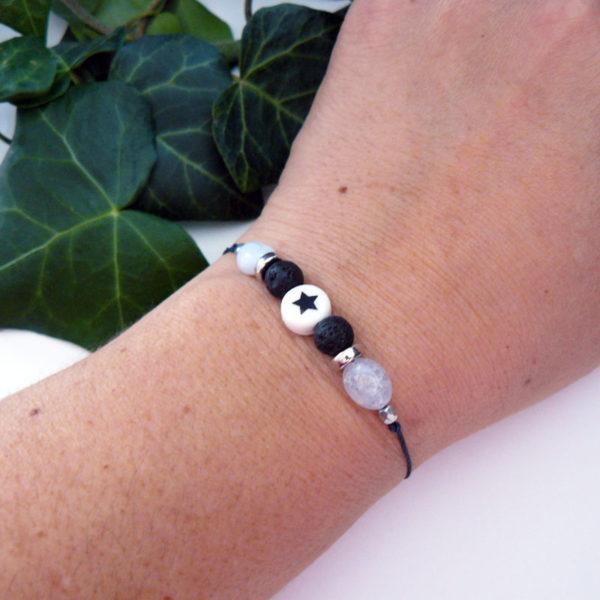 Bracelet ajustable avec calcédoine et pierre de lave étoile porté