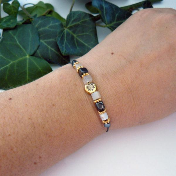 Bracelet fin avec perles en citrine et hématite, motif mandala porté