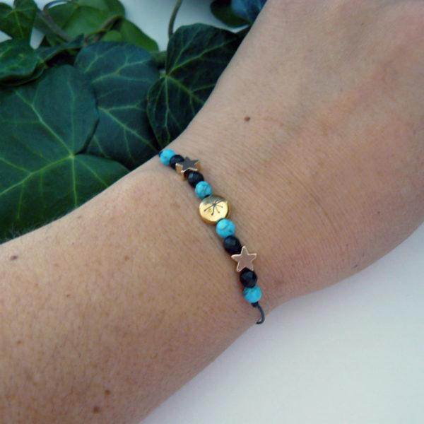 Bracelet ajustable avec perles turquoise et en pierre d'onyx, motif constellation porté