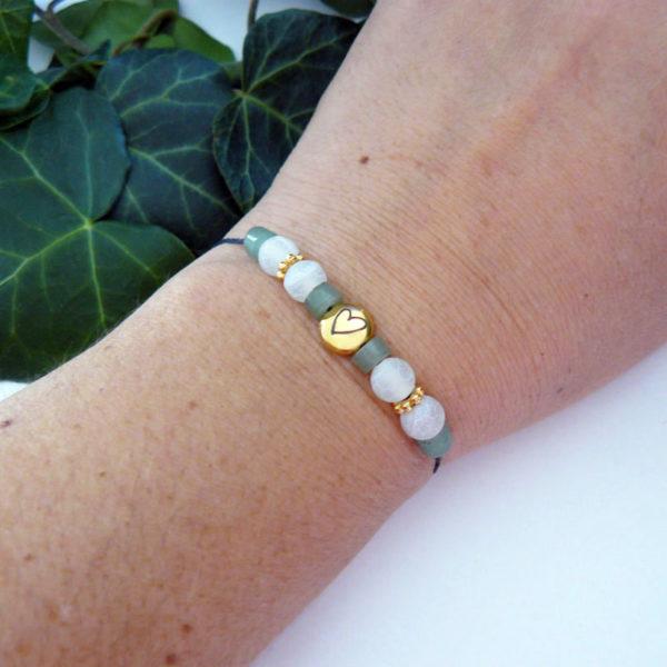 Bracelet ajustable avec pierre de péridot et agate cœur porté