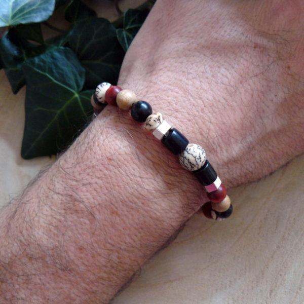 Bracelet avec bois santal, graines veitchia et bois rouge porté