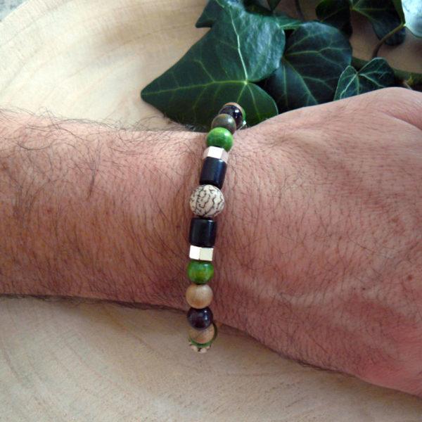 Bracelet avec perles en bois, graines veitchia et bois vert porté