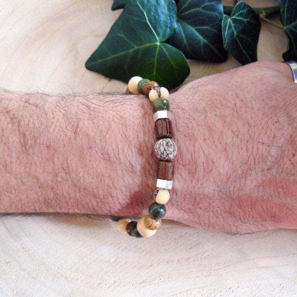 Bracelet avec perles en bois, graines acaï et serpentine porté