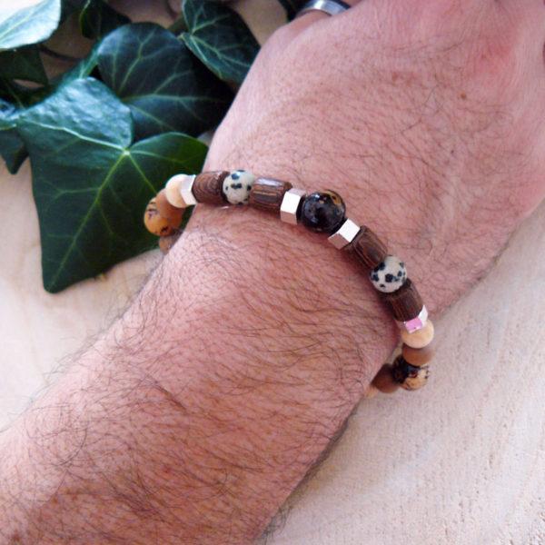 Bracelet avec perles en bois, graines d'acaï et jaspe léopard porté