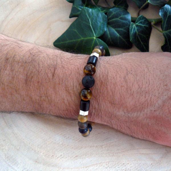 Bracelet avec perles en bois, pierre de lave et œil de tigre porté