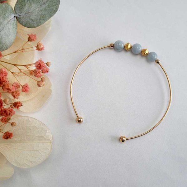 Bracelet jonc gold filled or jaune avec pierre morganite bleu pastel