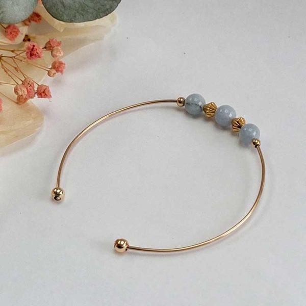 Bracelet jonc gold filled or jaune avec pierre morganite bleu pastel vue de côté