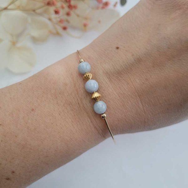 Bracelet jonc gold filled or jaune avec pierre morganite bleu pastel porté