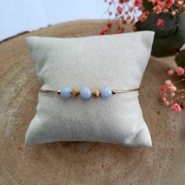 Bracelet jonc gold filled or jaune avec pierre morganite bleu pastel vue sur coussin