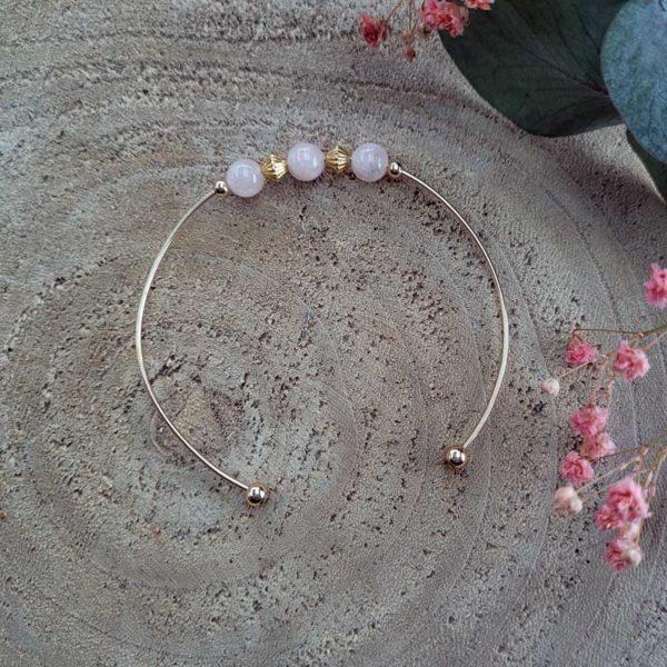 Bracelet jonc gold filled or jaune avec pierre morganite rose pastel vue sur bois
