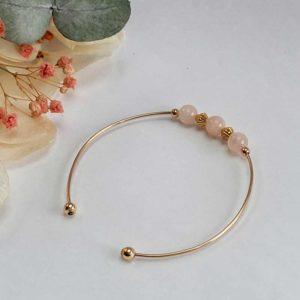 Bracelet jonc gold filled or jaune avec pierre morganite rose pastel vue de côté