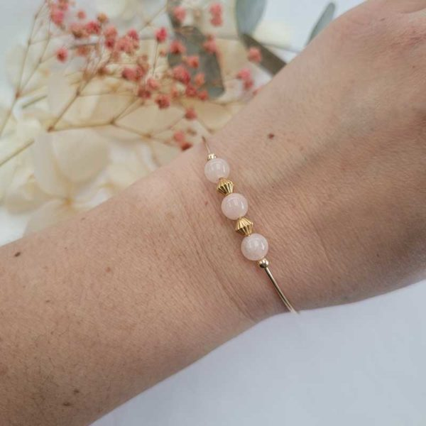 Bracelet jonc gold filled or jaune avec pierre morganite rose pastel porté