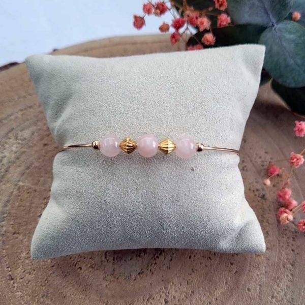 Bracelet jonc gold filled or jaune avec pierre morganite rose pastel vue sur coussin
