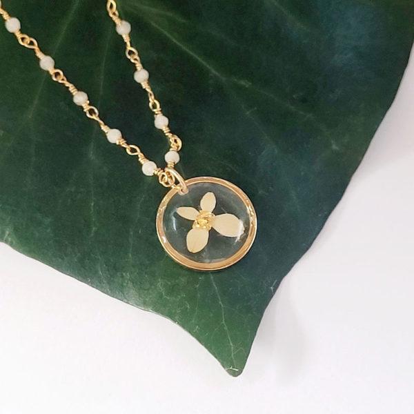 Collier chaine plaqué or pierre de lune médaillon hortensia et paillette métallisée de feuille dorée détail