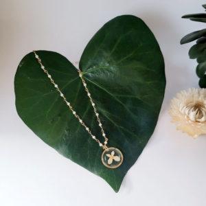 Collier chaine plaqué or pierre de lune médaillon hortensia et paillette métallisée de feuille dorée