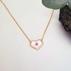 Collier avec médaillon cœur et contenant une fleur d'ammi majus rouge