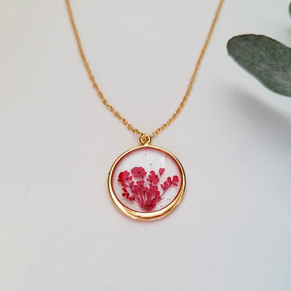 Collier avec fleurs d'ammi majus rouge vue intermédiaire