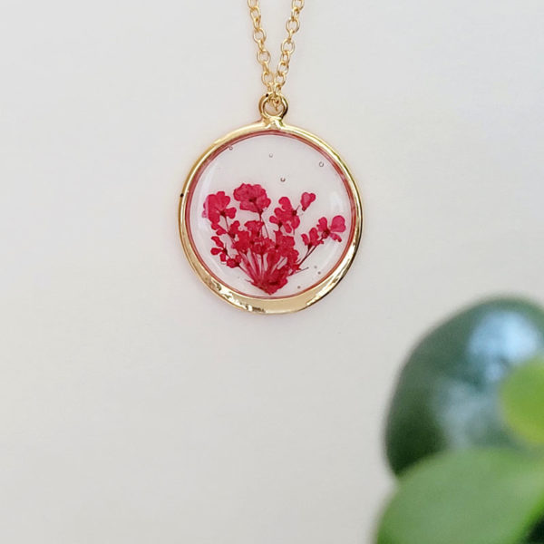 Collier avec fleurs d'ammi majus rouge vue de près