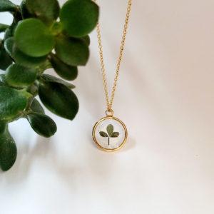 Collier plaqué or feuille de lotus cotier résine