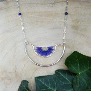 Collier long avec fleur de chrysanthème bleu