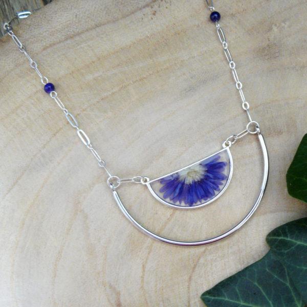 Collier long avec fleur de chrysanthème bleu vue de côté