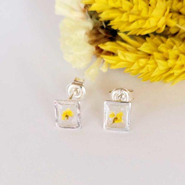 Mini puces d'oreilles rectangle en argetn 925 et fleur d'ammi majus jaune résine L.créative