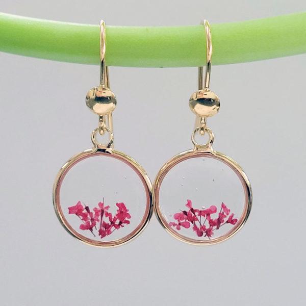 Boucles d'oreilles pendantes avec fleurs d'ammi majus rouge vue de près