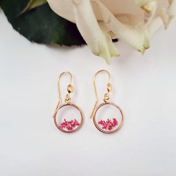 Boucles d'oreilles pendantes avec fleurs d'ammi majus rouge vue d'ensemble