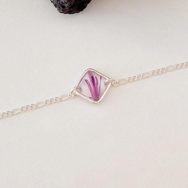 Bracelet en argent 925 avec fleurs de chardon rose vue de près