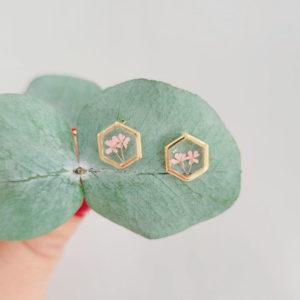 Puces d'oreilles dorées avec fleurs d'ammi majus rose