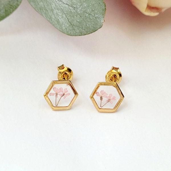 Puces d'oreilles dorées avec fleurs d'ammi majus de couleur rose